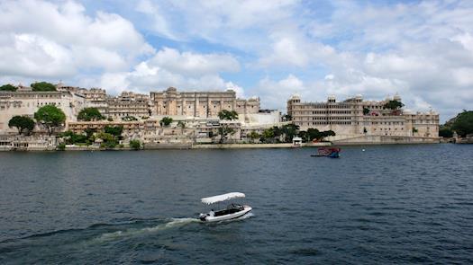 city-walks-city-palace-udaipur-boat